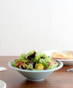 美濃焼の食器にサラダを盛り付け