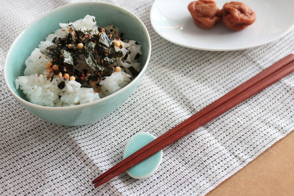 美濃焼の食器と箸置きで和食シーン