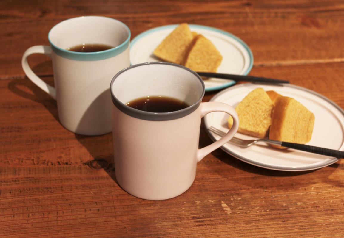 ペアのコーヒーカップとプレートのギフトセット