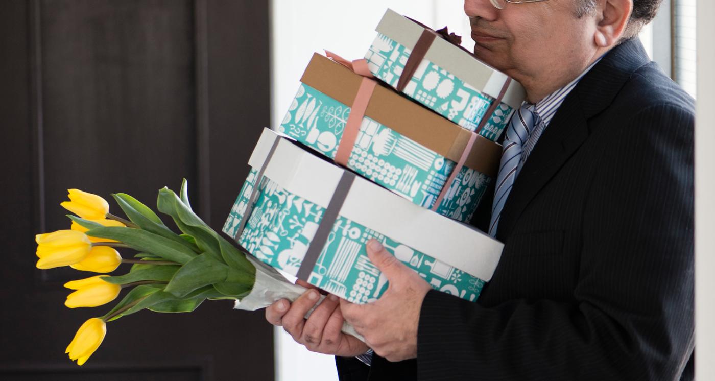 プレゼントボックスを持つ男性