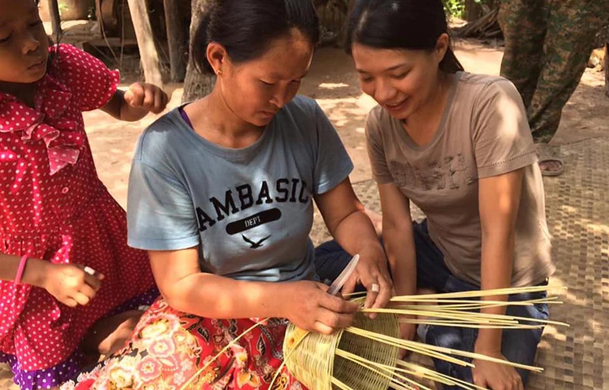 カンボジアの女性たちが作るかご