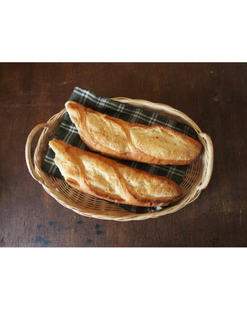 カンボジアのかごトレイにパンを盛り付ける