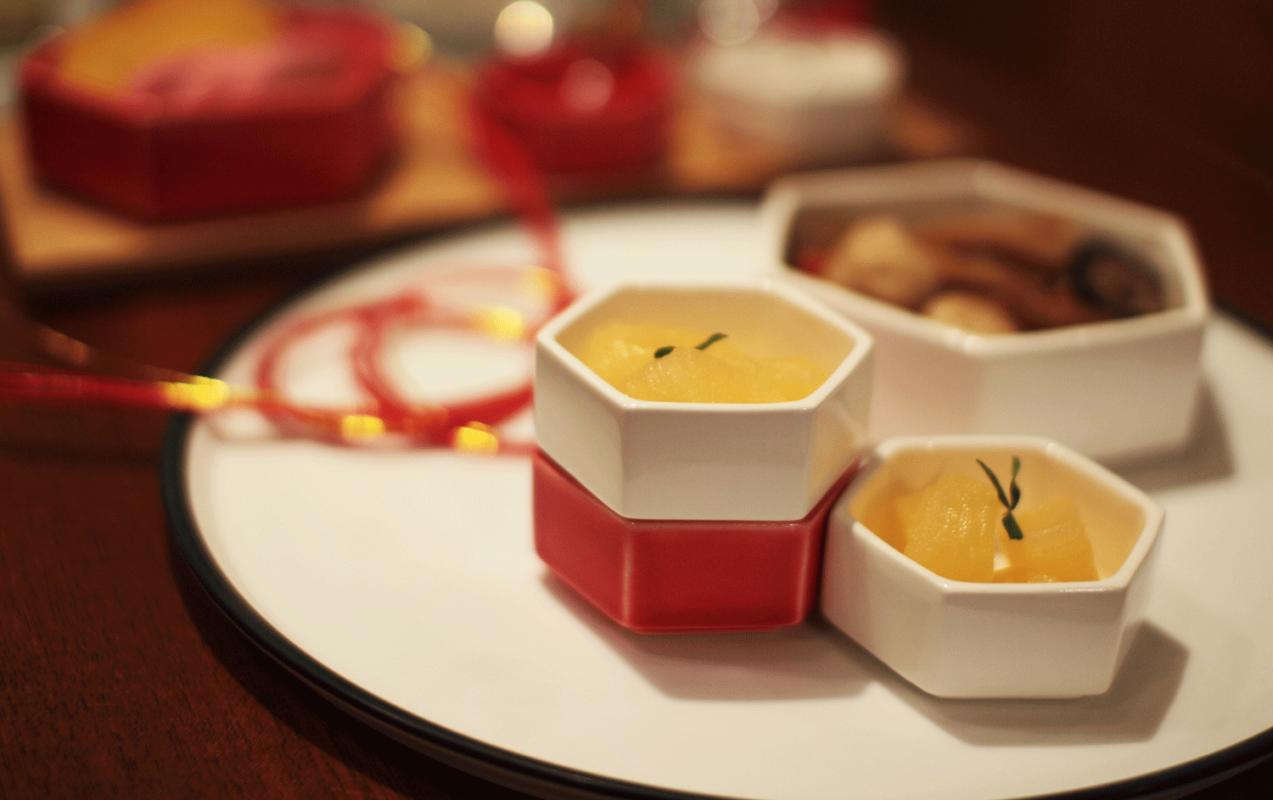 美濃焼の六角形の食器でおせち料理
